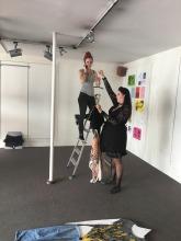 installering af tøj skulptur